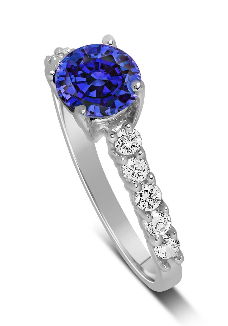 Anel Solit�rio com Safira Azul e Diamantes